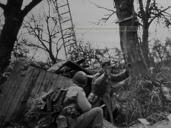 9th Division soldier takes prisoner