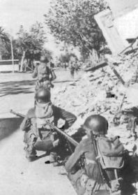 9th Infantry Division men enter Bizerte